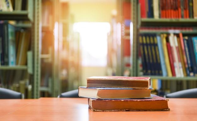 Livros antigos sobre uma mesa de madeira