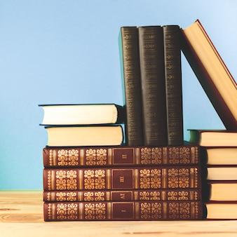 Livros antigos vintage na mesa de deck de madeira