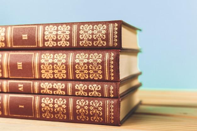 Livros antigos vintage na mesa do deck de madeira