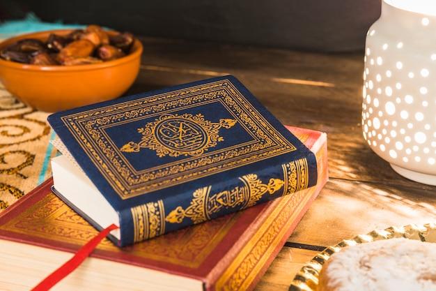 Livros árabes deitado na mesa