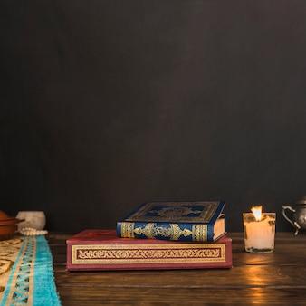 Livros árabes perto de vela