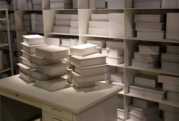 Livros brancos na prateleira backgrond