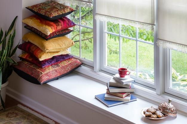 Livros, café e biscoitos para o conceito de tempo de leitura