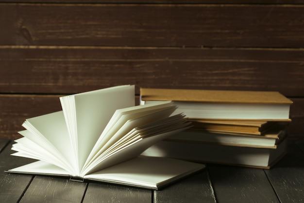 Livros close-up na velha mesa de madeira