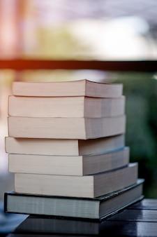 Livros colocados na mesa