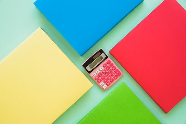 Livros coloridos com calculadora no centro