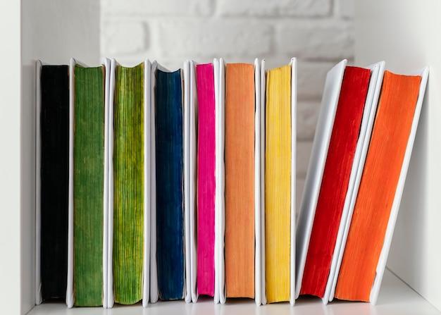 Livros coloridos em prateleira