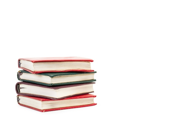 Livros coloridos isolados em um fundo branco