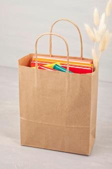 Livros coloridos na sacola de compras