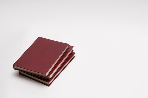 Livros com capa vermelha em fundo branco, isolados. de volta à escola