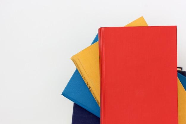 Livros com capas coloridas, copie o espaço.