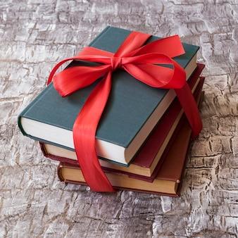 Livros com laço vermelho