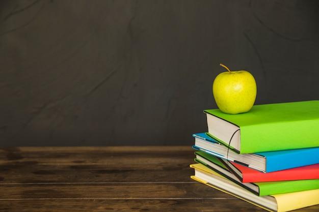Livros com maçã na área de trabalho