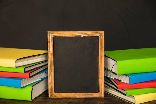 Livros, com, quadro-negro, em, centro