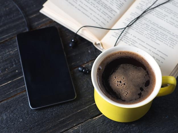 Livros de áudio conceito sobre uma mesa de madeira escura