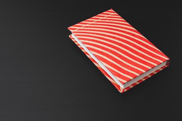 Livros de bolso em uma mesa