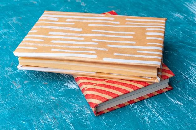 Livros de bolso em uma tabela