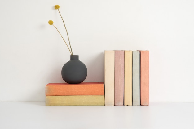 Livros de capa dura coloridos na prateleira