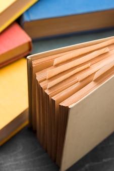 Livros de capa dura com ângulo alto