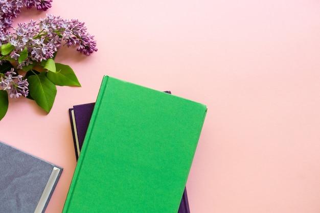 Livros de capa dura com ramo de lilás