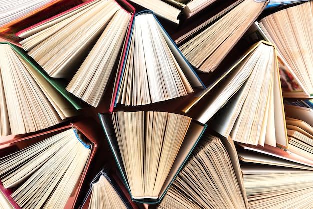 Livros de capa dura ou livros de texto antigos e usados, vistos de cima.
