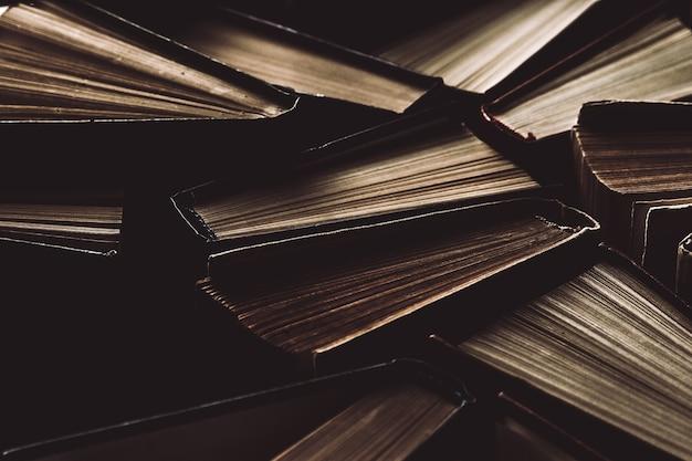 Livros de capa dura velhos e usados ou livros de texto vistos de cima.