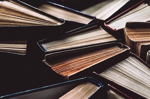 Livros de capa dura velhos e usados ou livros didáticos vistos de cima