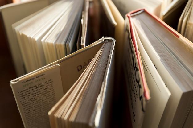 Livros de close-up em invólucros