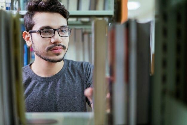 Livros de estudantes asiáticos são selecionados na estante
