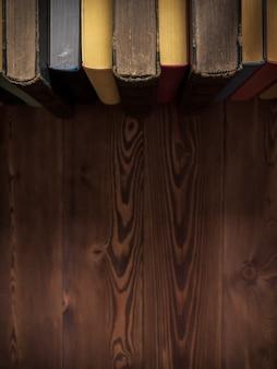 Livros de pé em cima da mesa, fundo copyspace