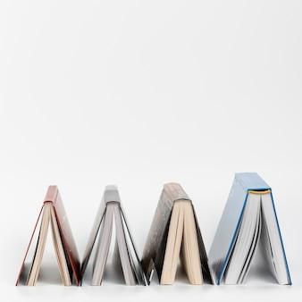 Livros de visão frontal de cabeça para baixo