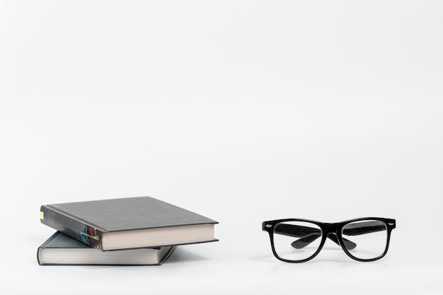 Livros de vista frontal com óculos