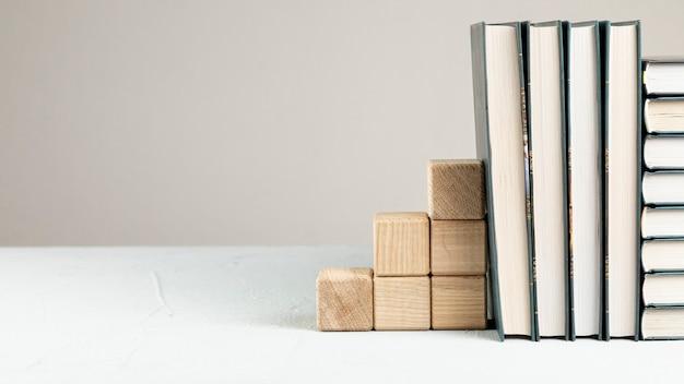 Livros de vista frontal com suporte de madeira