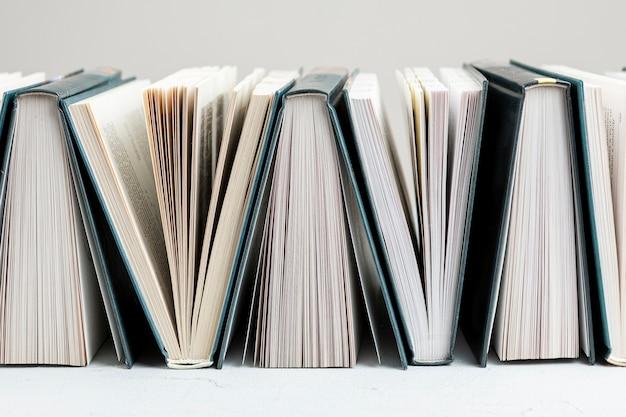 Livros de vista frontal na mesa branca