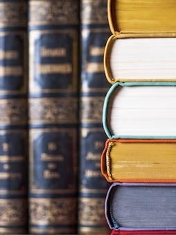 Livros deitada na mesa close-up
