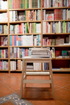 Livros deitado na escada na livraria