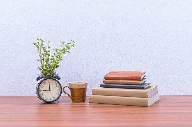 Livros, documentos e papelaria estão sobre a mesa