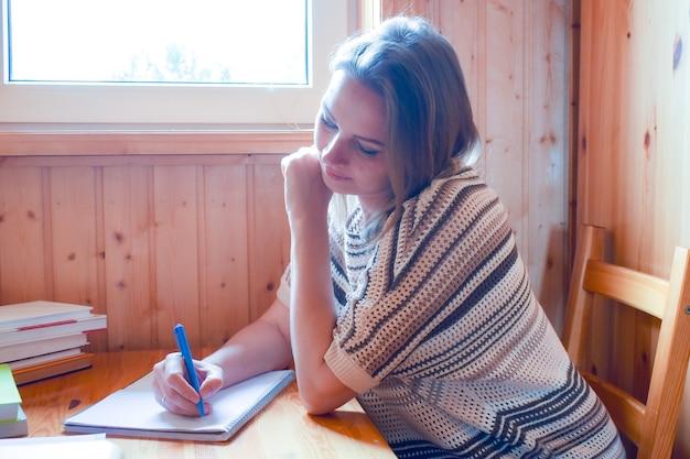 Livros domésticos de educação. preparação para exames. jovem professora