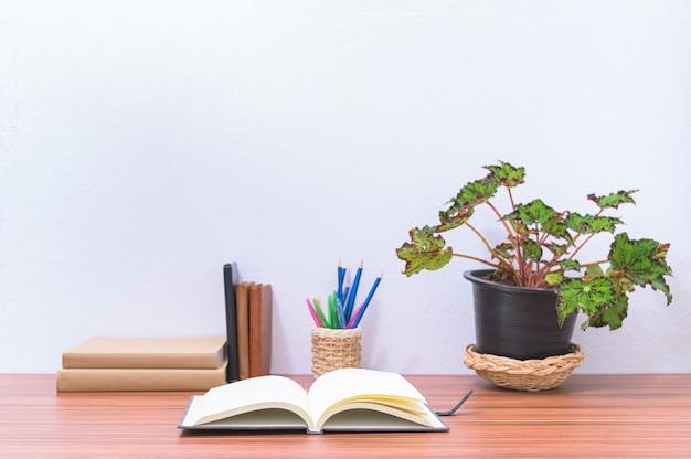 Livros e artigos de papelaria estão na mesa do escritório