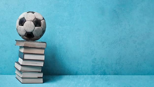 Livros e bola vintage em azul