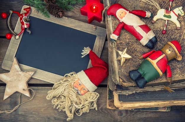 Livros e brinquedos antigos de decoração de natal. imagem nostálgica em tons de estilo retro