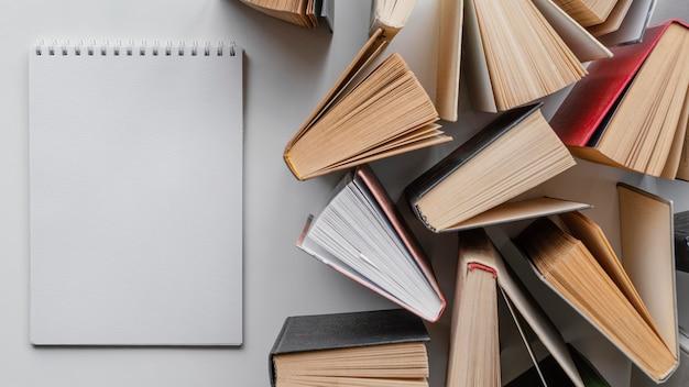 Livros e caderno de visão superior
