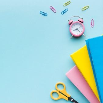 Livros e clipes de papel coloridos