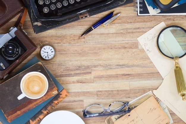 Livros e copos na mesa de madeira