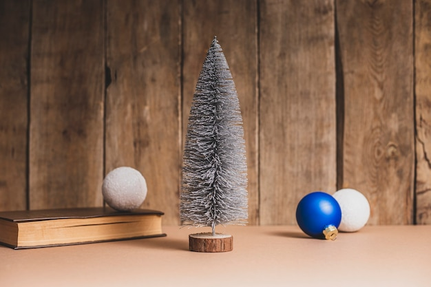 Livros e decorações para árvores de natal em um fundo de madeira. ano novo.