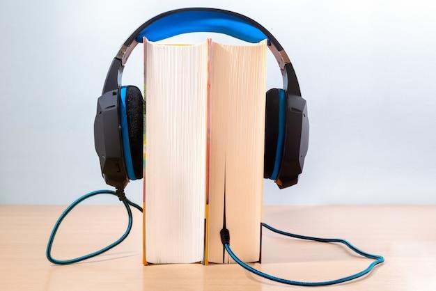 Livros e fones de ouvido modernos