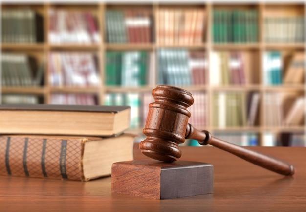 Livros e martelo de madeira na mesa. conceito de justiça