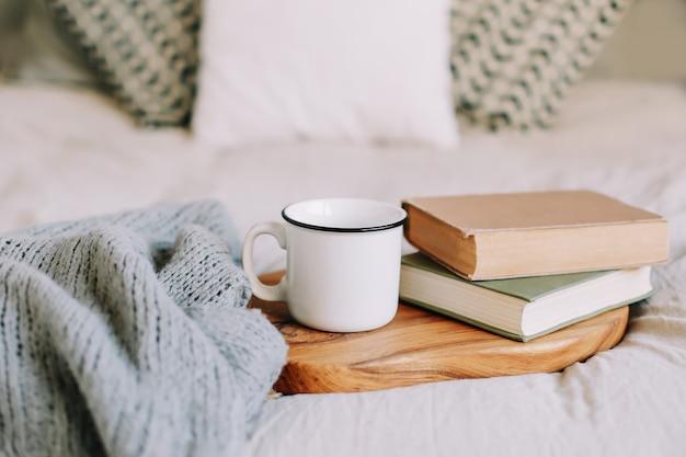 Livros e xícara de café café da manhã na cama bom dia