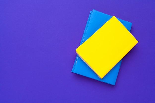 Livros em branco amarelos e azuis