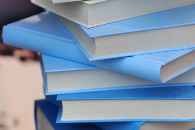 Livros em capa azul